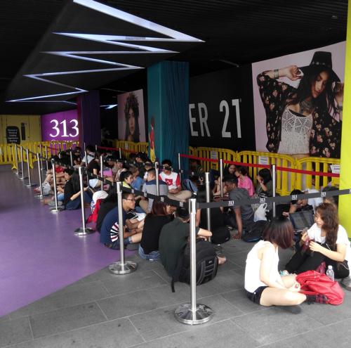 iPhone6 launch queue
