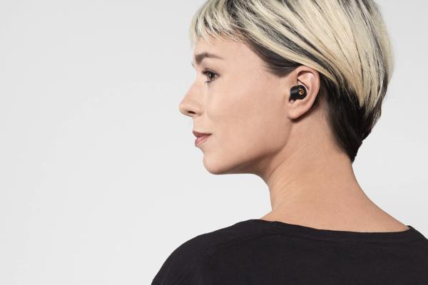 Earin earphones - how it looks on wearer