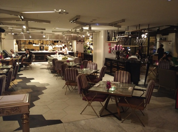Sofitel Xperience Restaurant & Bar - walkway