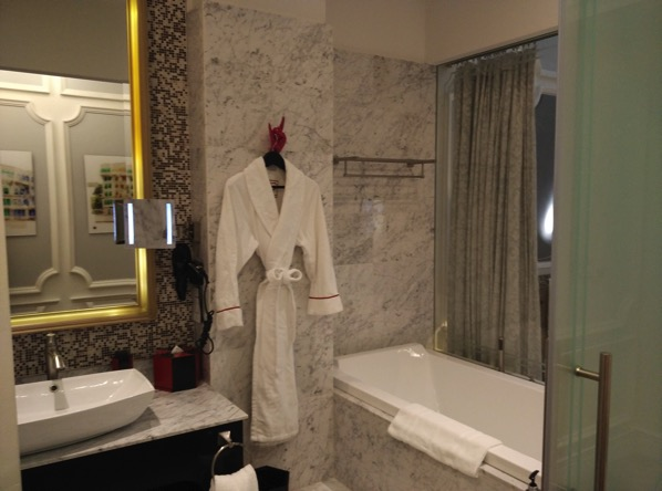 Sofitel So Singapore - bathroom