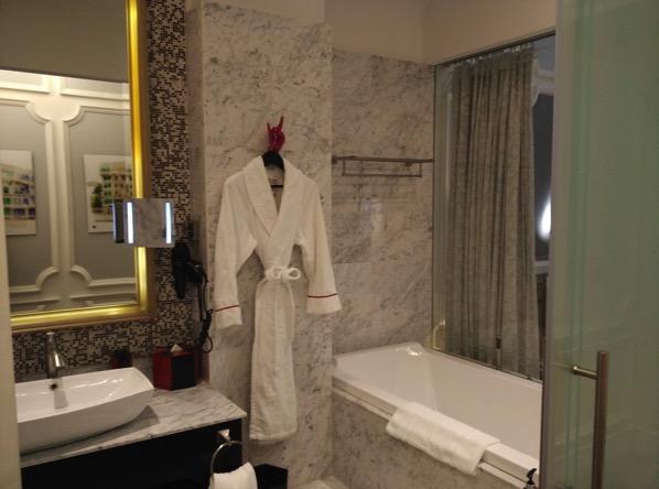 Sofitel So Singapore - bathroom