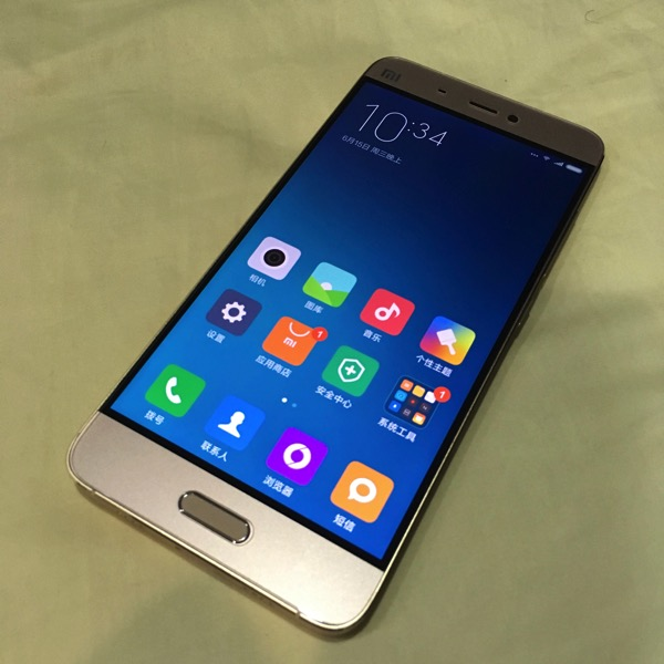 Xiaomi Mi 5 (小米手机5) Smartphone - powered on (main screen)