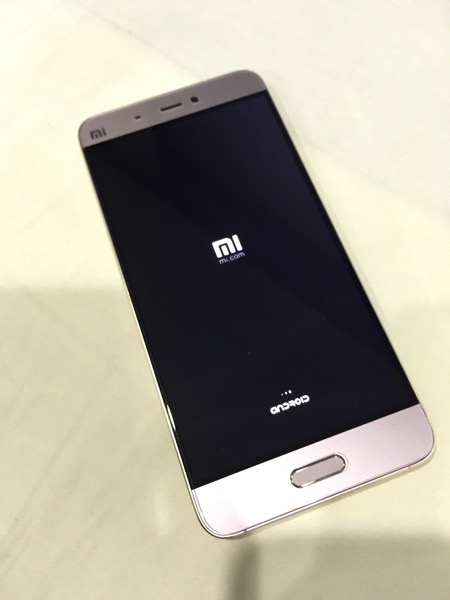 Xiaomi Mi 5 (小米手机5) Smartphone - powering on