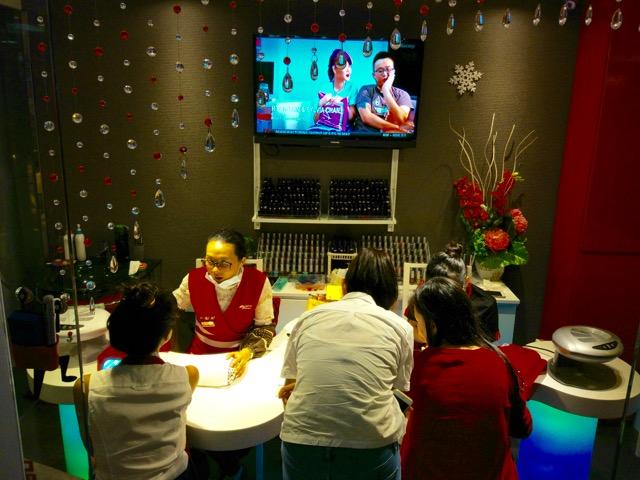 海底捞火锅 Hai Di Lao Hot Pot - Manicure for the guests
