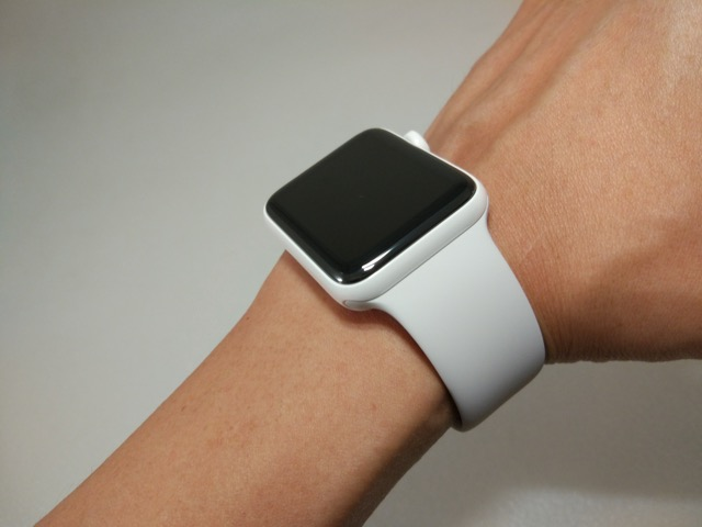 apple-s2-watch-edition-review-wearing-on-hand