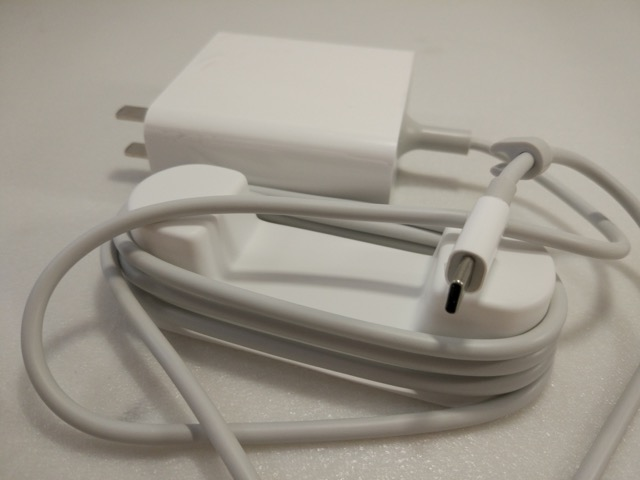 Xiaomi Mi Notebook Air Review - power adaptor