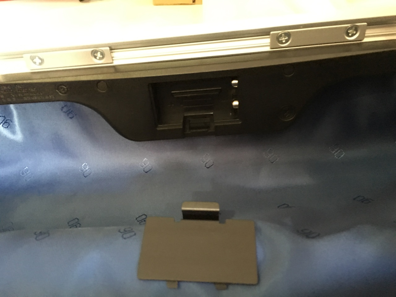 xiaomi-mi-90-smart-metal-luggage-suitcase-battery-compartment