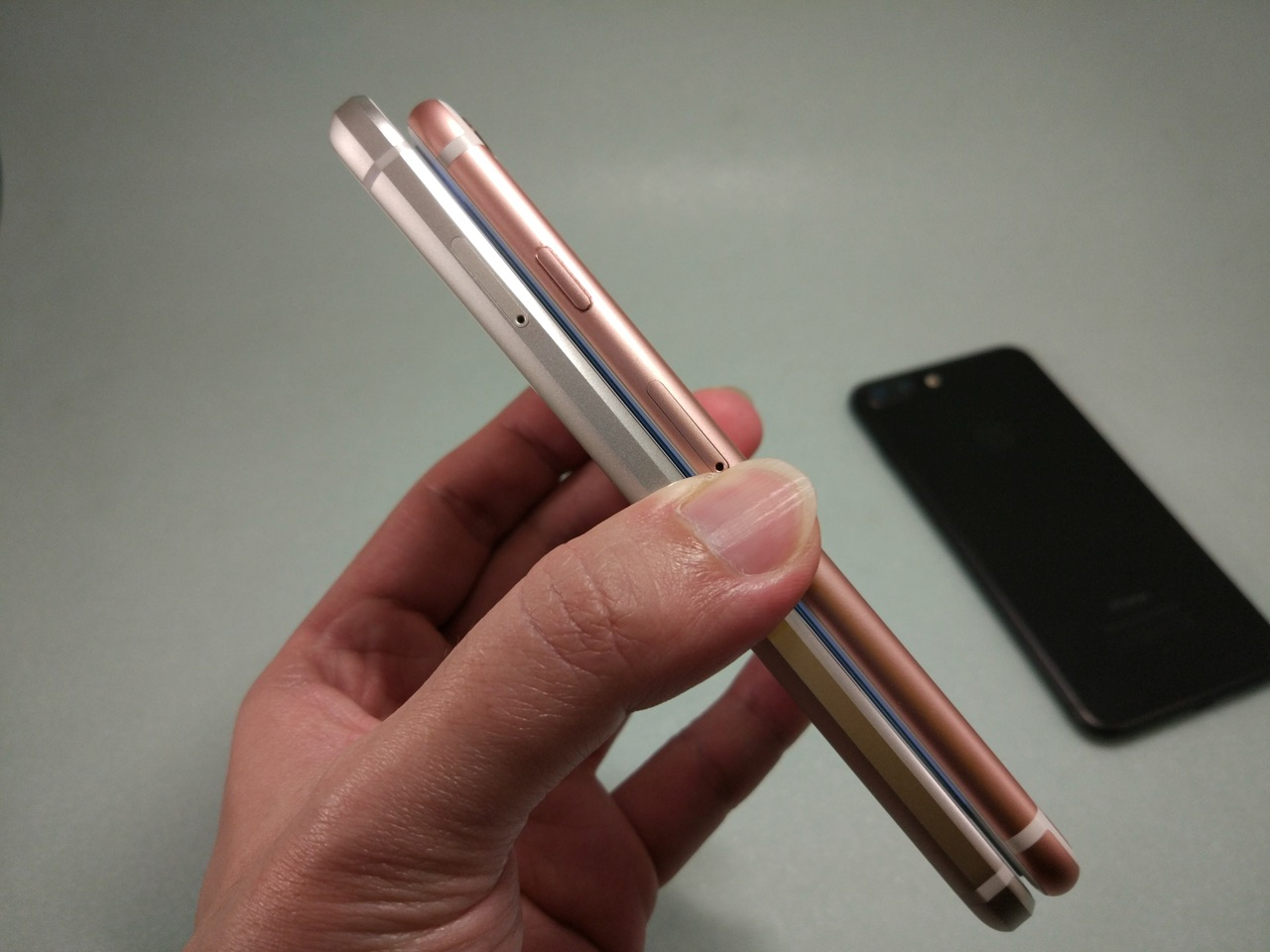 google-pixel-review-compare-pixel-vs-iphone-7-side-thickness